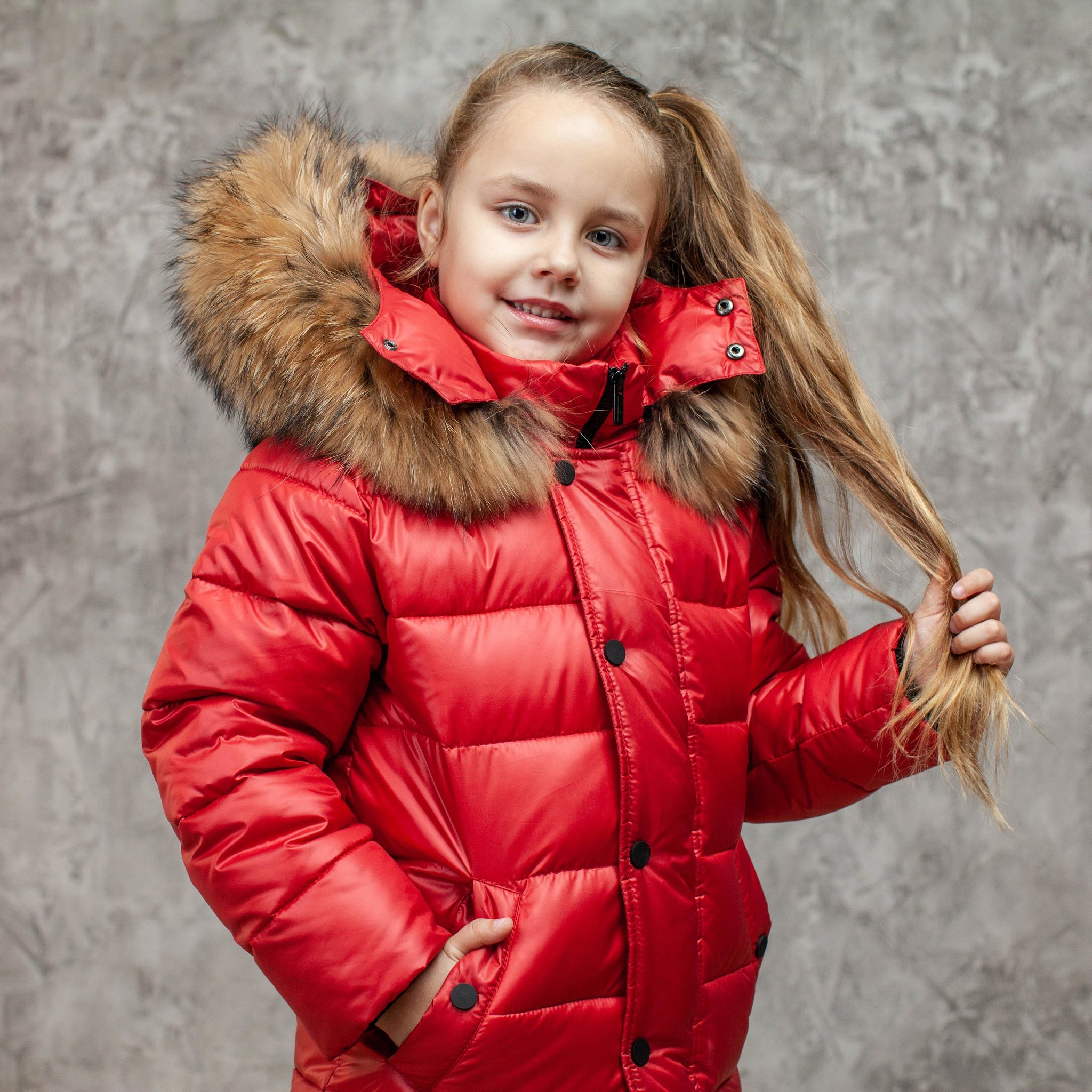 Детский зимний костюм с натуральной опушкой в красном цвете для девочки
