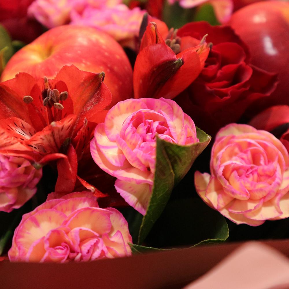 Купить осенний розовый букет с розой гвоздикой яблоками в Перми