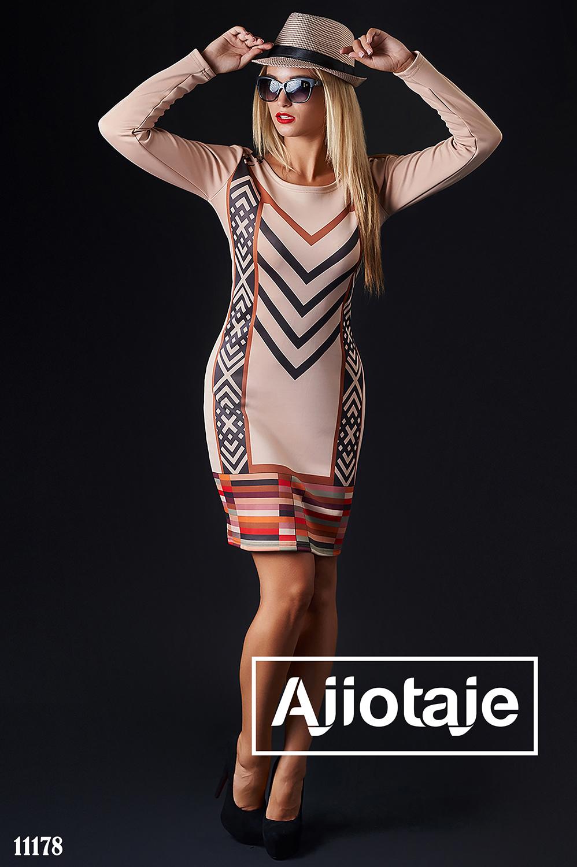 Трикотажное платье бежевого цвета с ярким узором