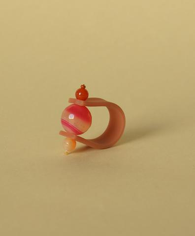 Кольцо на темно-розовом ремешке Слоеная карамель