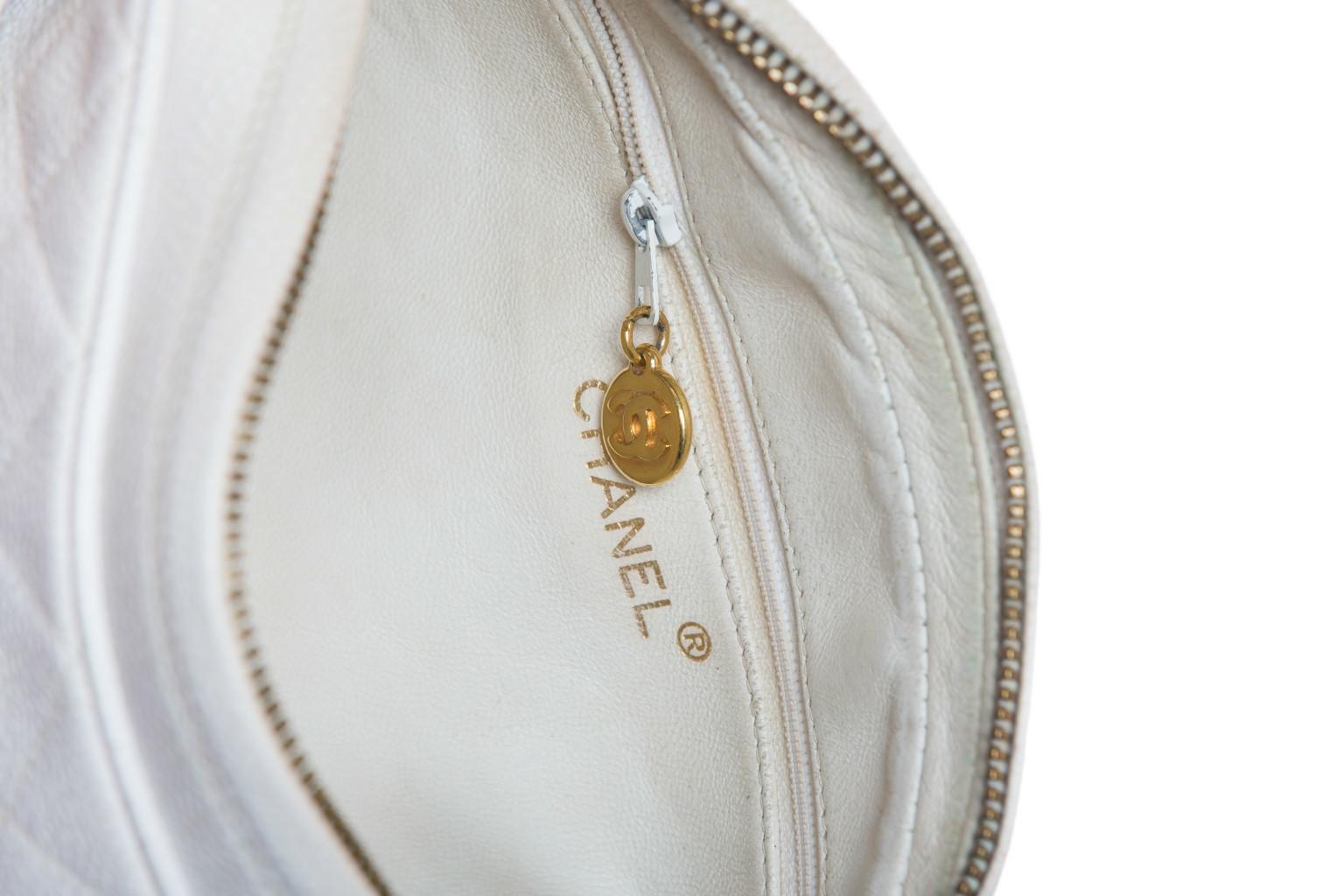 Красивая сумка из белой кожи с прострочкой и декоративной кистью от Chanel