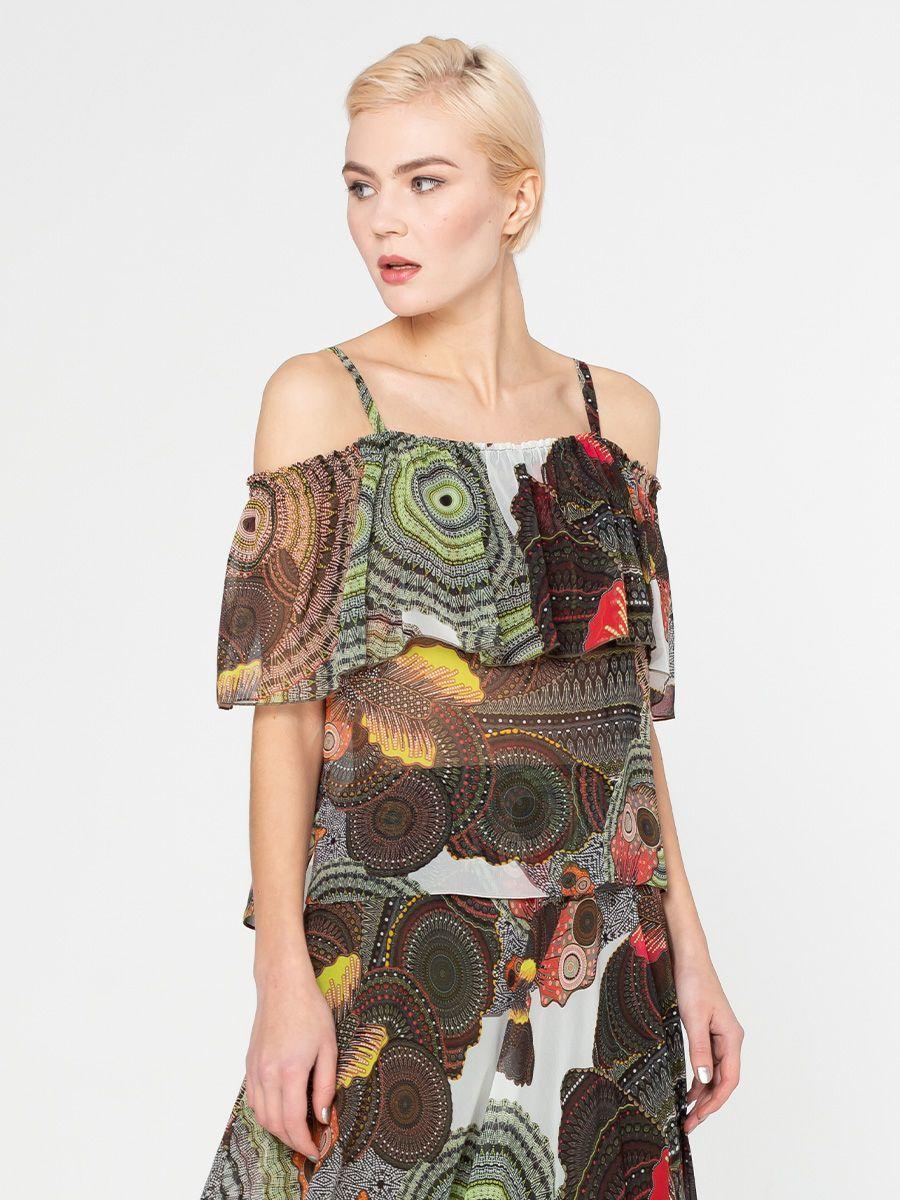 Блуза Г600-736 - Летящая шифоновая блуза для создания легких и романтичных образов. Модель позволяет надеть волан на плечи или оставить их открытыми, что подчеркивает хрупкие женские плечи. Геометрический принт в приятных цветах станет оригинальным, но при этом лаконичным акцентом образа. Приятная итальянская ткань долго сохранит свою форму и цвет.