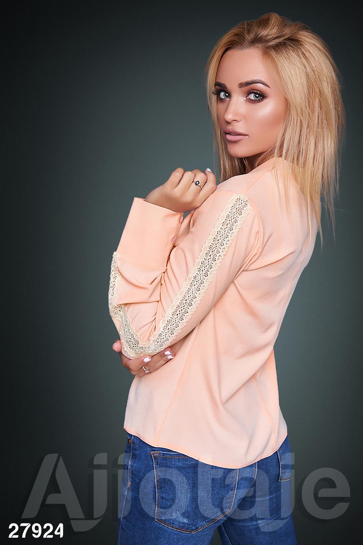 Персиковая блузка с широкими манжетами