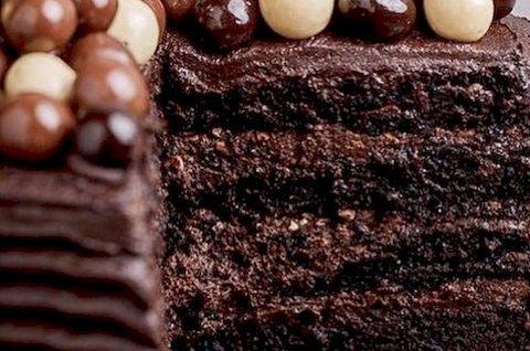 Шоколадный торт без глютена украшен кондитерским драже, можно приготовить без сахара