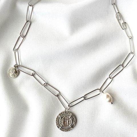 Цепь с гербом, барочной жемчужиной и монеткой (золотистый)