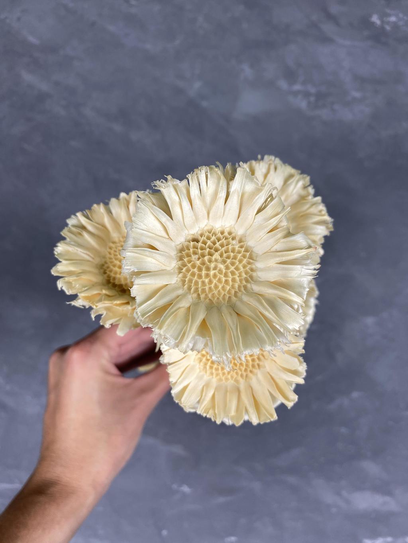 Декоративный цветок из дерева белый