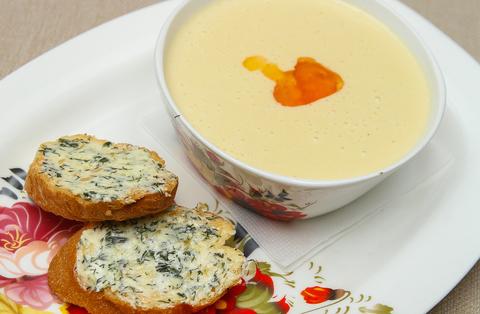 Крем-суп из семги с чесночными тостами