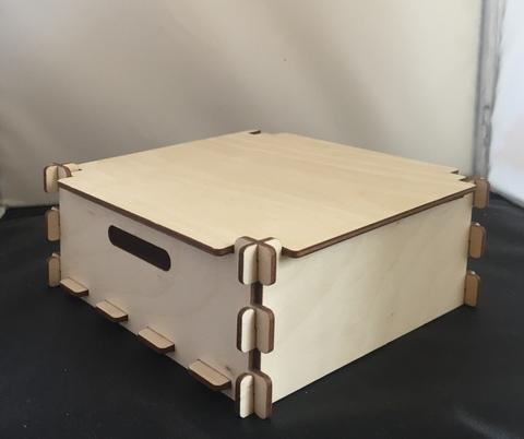 057-9297 Короб-шкатулка деревянный с прорезями-ручками и крышкой (15*15*6см.)