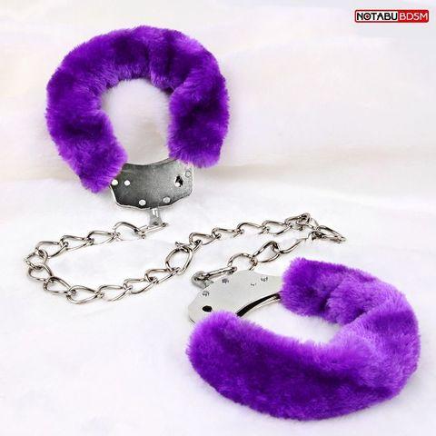 Металлические оковы с мягкой фиолетовой опушкой
