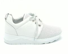 Белые кожаные кроссовки с перфорацией на танкетке