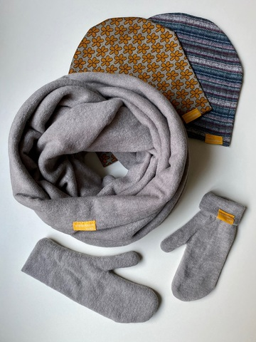 Комплект шерстяной с варежками серый с цветочным узором и с полоской