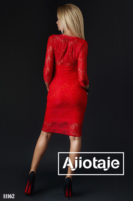 Платье миди из гипюра красного цвета