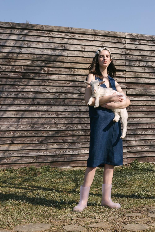 Платье джинсовое без боковых швов с вырезом на груди