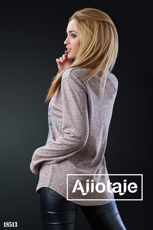 Пуловер бежевого цвета с перышком