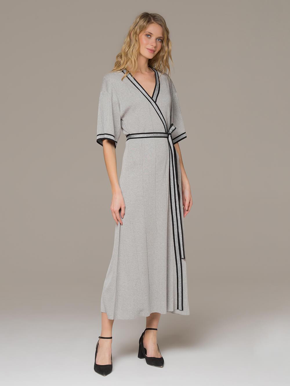 Женское платье серого цвета на запахе - фото 1