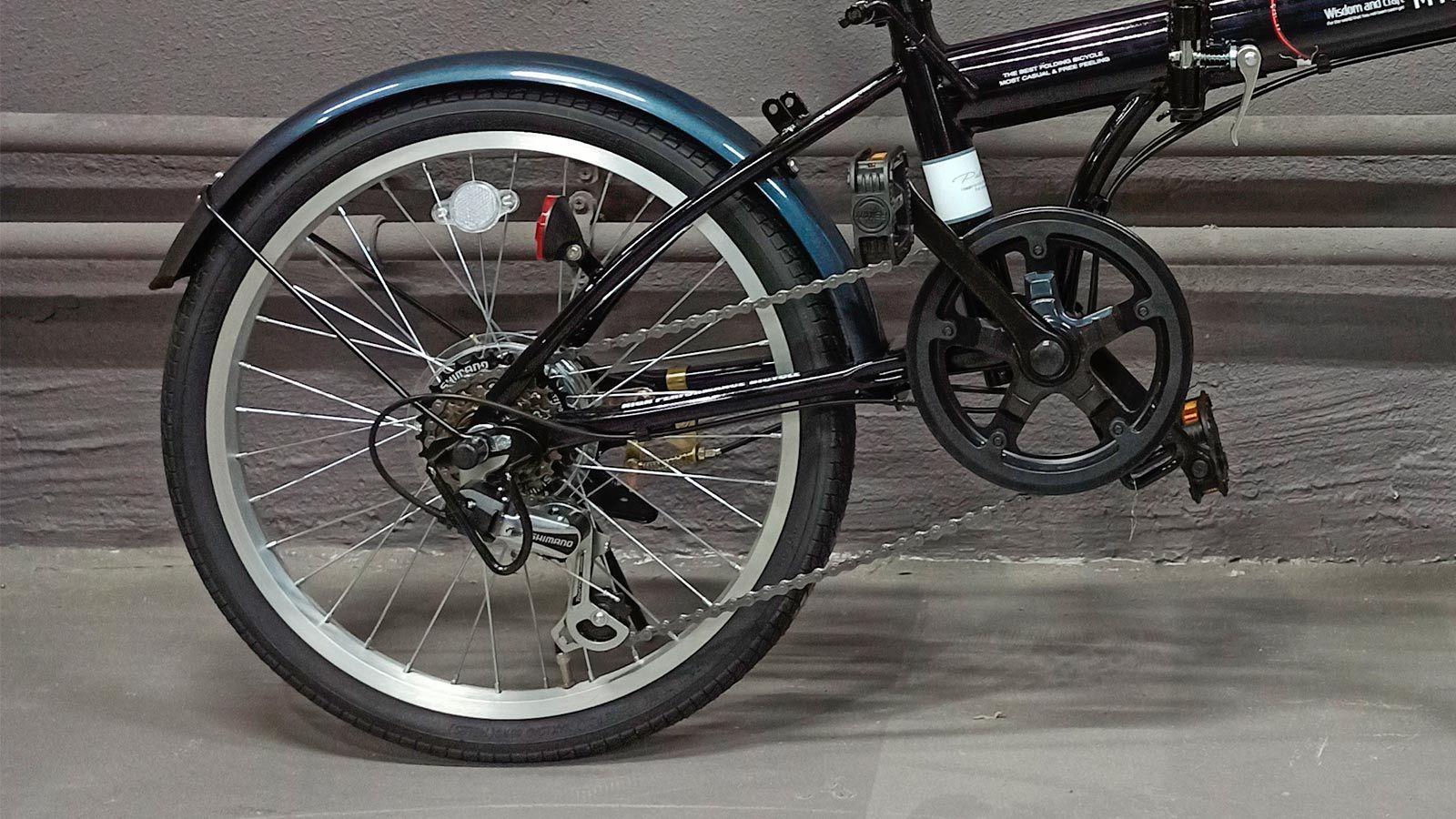 заднее колесо и педаль японского городского велосипеда