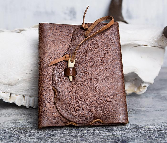 BY01-04-01 Необычный кожаный блокнот с застежкой - клыком (А6)