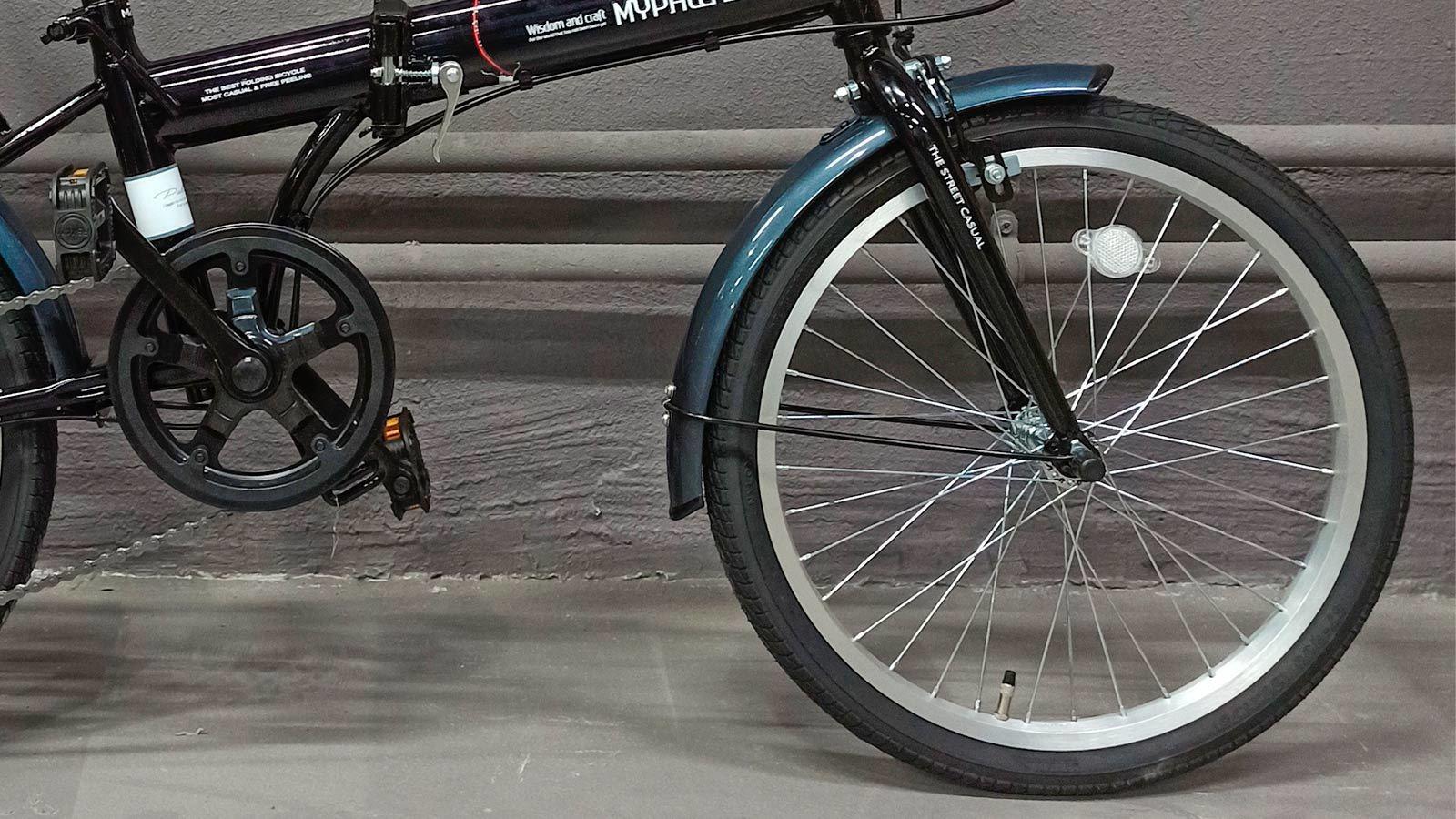 переднее колесо и педаль складного велосипеда