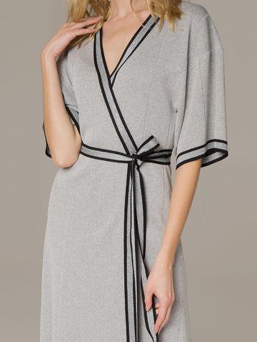 Женское платье серого цвета на запахе - фото 2