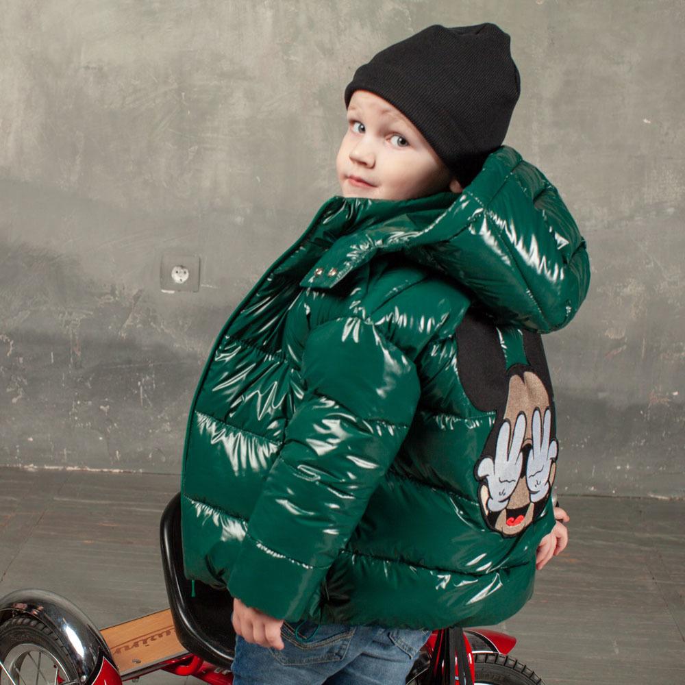 Демісезонна дитяча куртка зеленого кольору з лакової плащової тканини та нашивкою