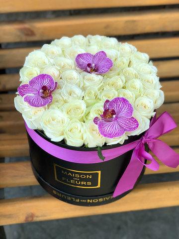 Белые розы в коробке с орхидеей