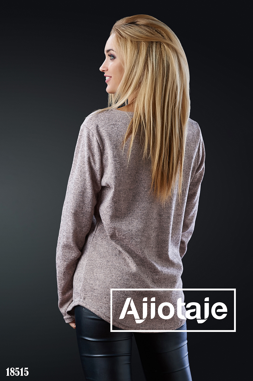 Пуловер бежевого цвета с ярким принтом