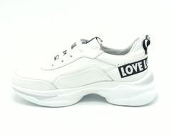 Белые кожаные кроссовки с черно - белой надписью на пяточной части