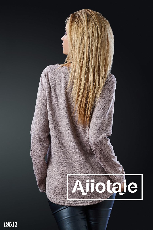 Бежевый пуловер с ярким принтом