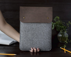 Вертикальный чехол Gmakin для Macbook коричневый с серым
