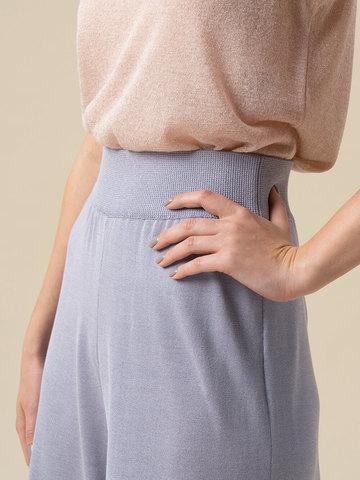 Женские брюки-клеш светло-серого цвета из шелка и вискозы - фото 5