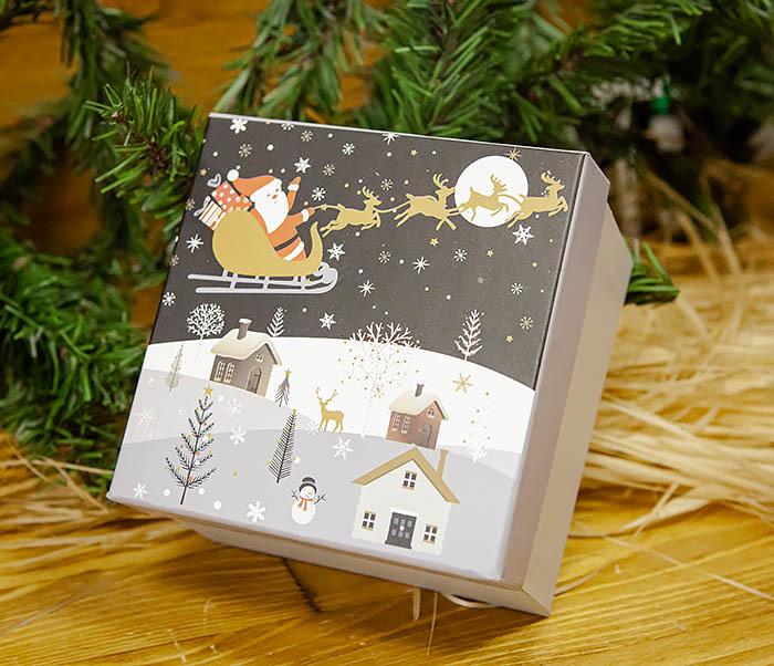 BOX261-3 Новогодняя коробка для подарков «Дед Мороз на санях» (13*13*9 см) фото 03