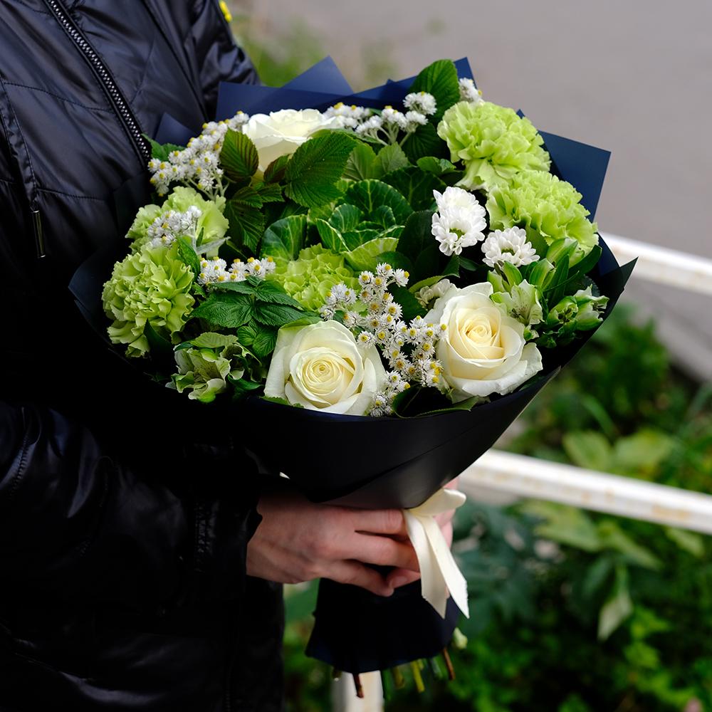 Купить букет в Перми белые розы зеленые гвоздики
