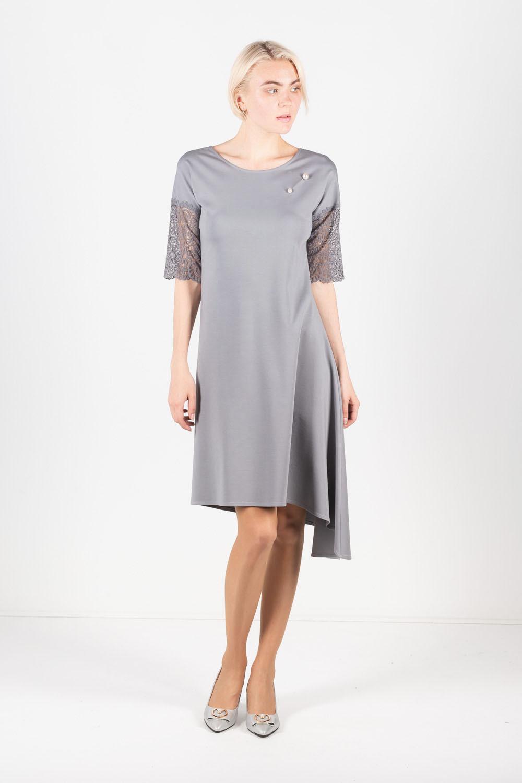 Платье З429а-821 - Неординарное стильное платье с ассиметричным подолом. Выполнено в сдержанном однотонном сером оттенке. А-силуэт удачно формирует пропорции женского образа, а свободный крой поможет скрыть возможные несовершенства.Изюминка модели – в углубленном V-образном вырезе на спине и приспущенных рукавах, эффектно оформленных кружевным полотном в тон основной ткани.Основной материал ткани вискоза, придает необычайную приятную мягкость, а эластан обеспечивает упругость и безупречную посадку по фигуреИдеально подходит в качестве стильного праздничного наряда