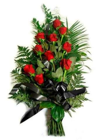 Траурный букет из 16 красных роз и папоротника