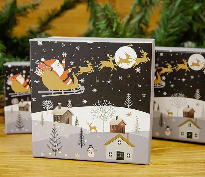 BOX261-3 Новогодняя коробка для подарков «Дед Мороз на санях» (13*13*9 см)