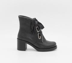Кожаные черные ботильоны с оригинальной шнуровкой на каблуке