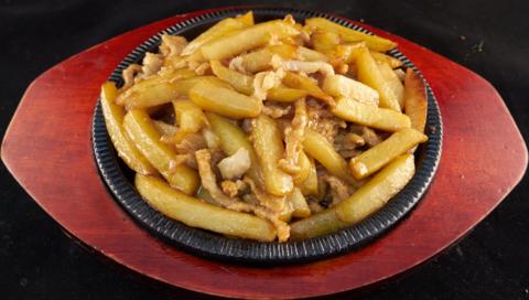 8-17Картофель под мясным соусом铁板土豆条 400гр