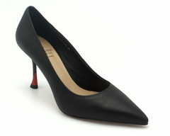 Классические туфли черного цвета на цветном фигурном каблуке