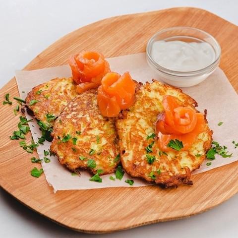 Хашбраун с тар-таром из лосося и сметаной