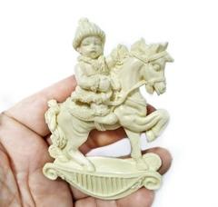 Д0840 Пластиковый декор. Игрушка мальчик на лошадке.