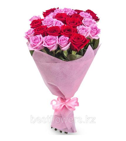 Букет из 25 розовых и красных роз (местные)
