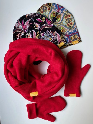 Комплект шерстяной с варежками красный с черным с узором пейсли