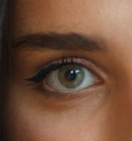 Серо зеленые натуральные линзы на темно карих глазах