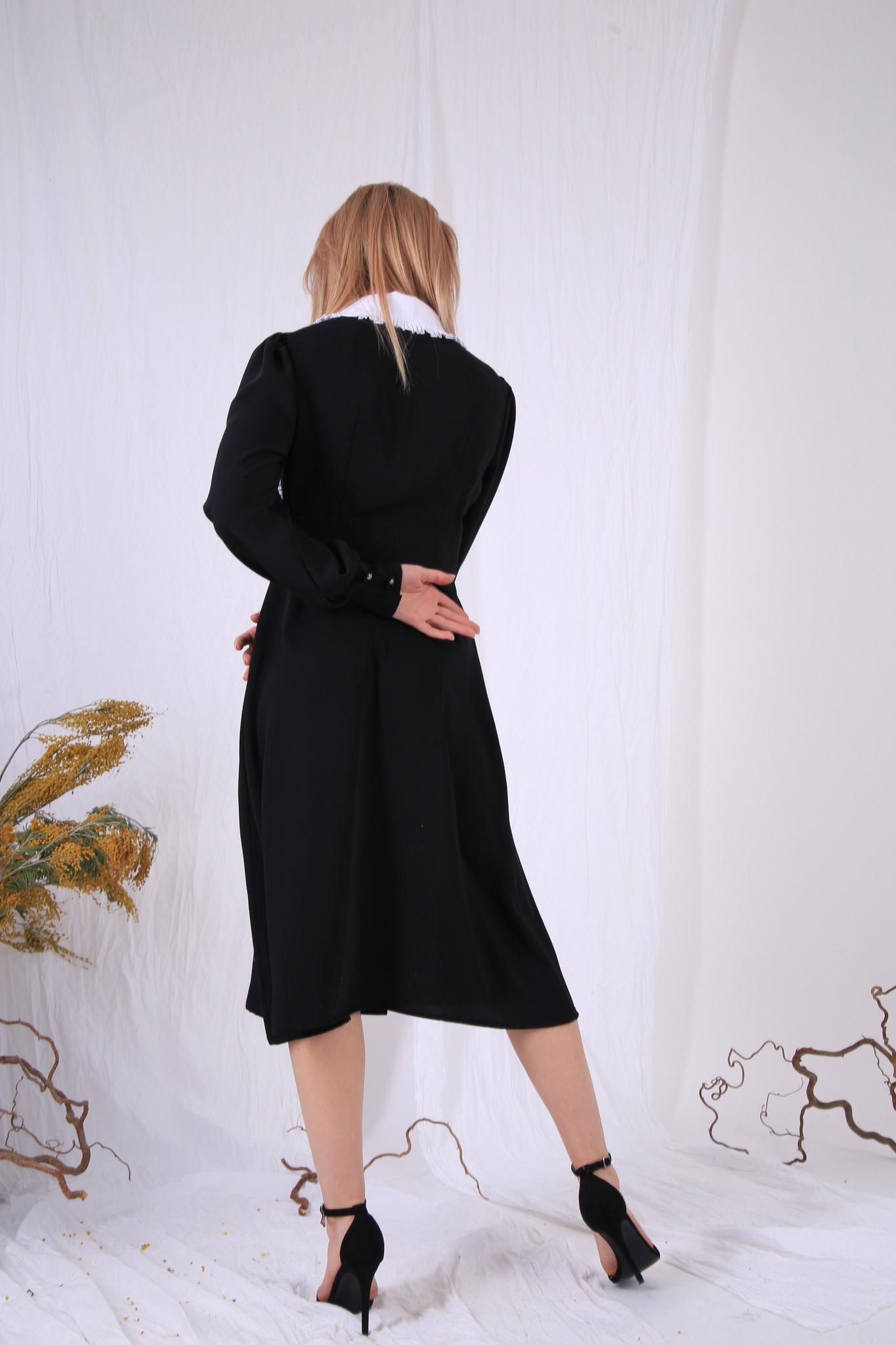 Платье с декоративным воротником