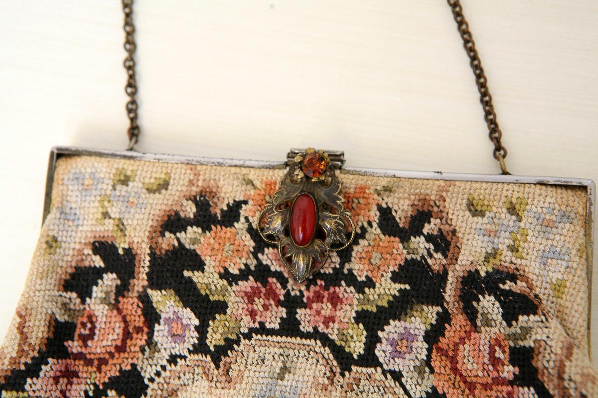 Потрясающе красивая расшитая старинная сумка с изысканной золотой застёжкой