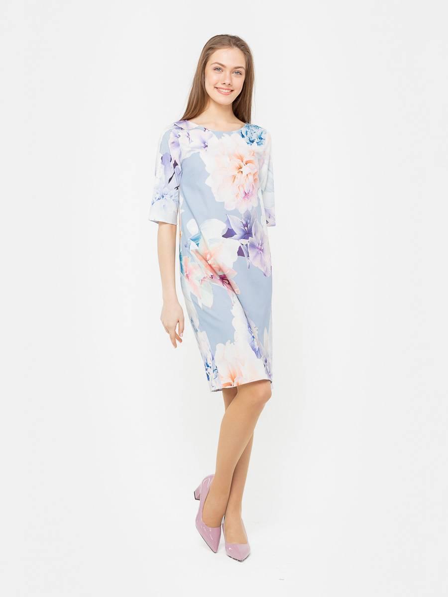 Платье З256а-926 - Платье прямого покроя выполнено в небесно-голубом цвете, который украшает крупный цветочный принт, что придает образу романтичность и легкость, а также служит главным его украшением. Эта модель подойдет как для торжества, так и для похода на встречу с подругами. За счет эластана в составе платья, оно будет тянуться и идеально сядет на любой фигуре.