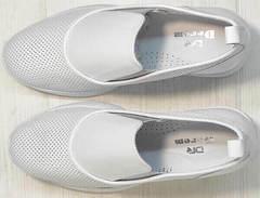 Перфорированные слипоны на танкетке. Кожаные кроссовки женские кэжуал стиль летние Derem 1761-10 All White.