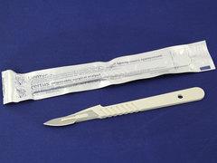 Нож-скальпель для творчества с пластиковой ручкой.