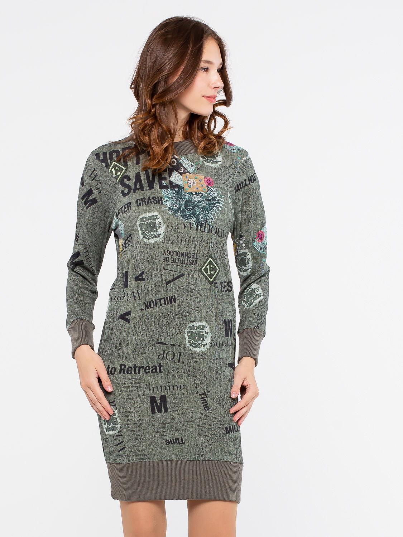 Платье З232-650 - Хлопковое молодежное платье-свитшот до колена выполнено из голубой натуральной ткани. Платье позволит сохранить тепло в любую погоду. Модель можно сочетать с леггинсами, шерстяными колготками и даже джинсами. Контрастная отделка подола, рукавов и ворота дополнительно подчеркивает необычный яркий принт платья.