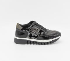Черные кроссовки с декором